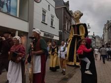 VIDEO: Reuzenparade paradeert door Tilburg