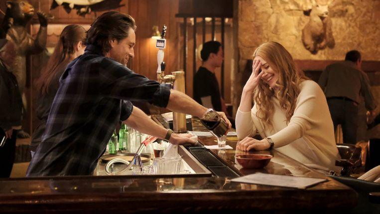 De bar in Virgin River functioneert als een plek van uitwisseling, een economische hub. Beeld