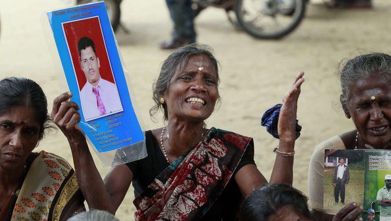 Een moeder van een verdwenen Tamil vandaag in Jaffna tijdens het bezoek van Cameron. Beeld ap