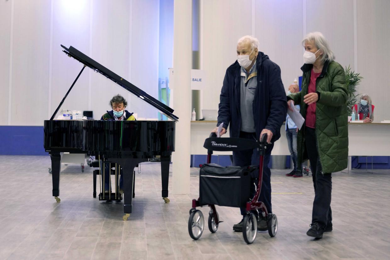 Bezoekers van een vaccinatielocatie in Leiden vielen afgelopen weekend opeens in een pianoconcert van Laurens van Rooyen, bedoeld als steun voor alle GGD- en Rode Kruis-medewerkers die hulp bieden bij het vaccineren. Beeld ANP