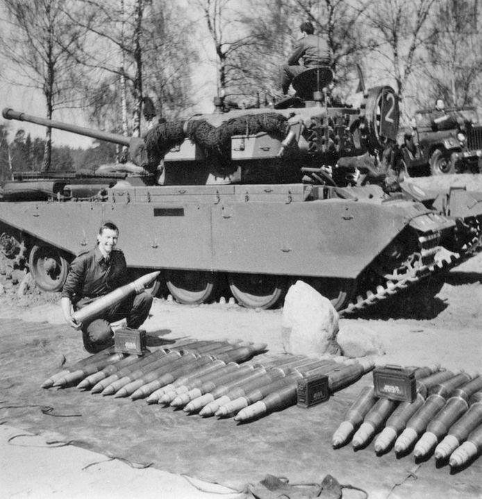 John Cuisinier bij een Centuriontank.