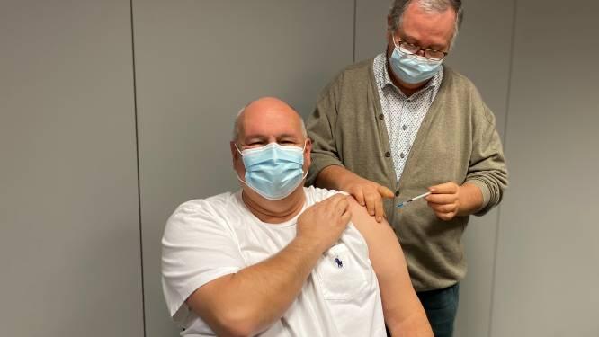 """Medewerkers az Vesalius kregen eerste coronaprik: """"Zeker 95 procent kiest voor vaccin"""""""
