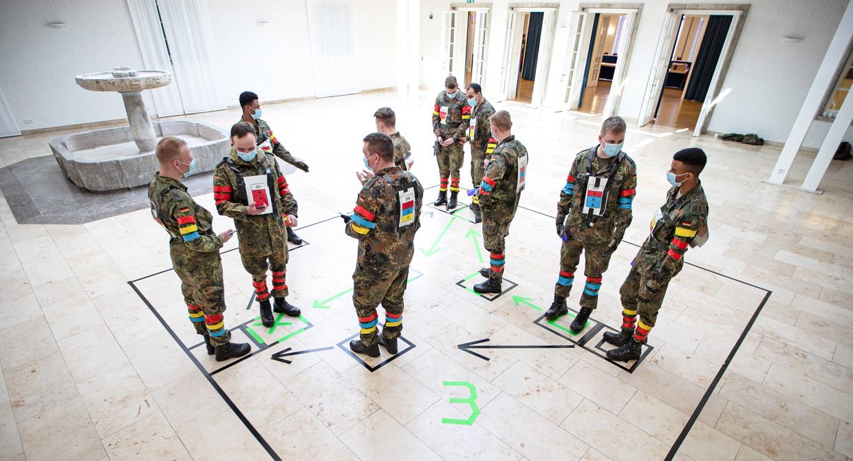 Duitse militairen testen in Berlijn een app die daar corona in moet dammen.   Beeld AFP