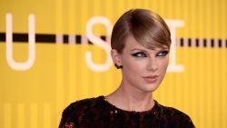 """Taylor Swift wijst Perez Hilton aan als schuldige voor gelekte album: """"Ze liet me schorsen van Twitter"""""""