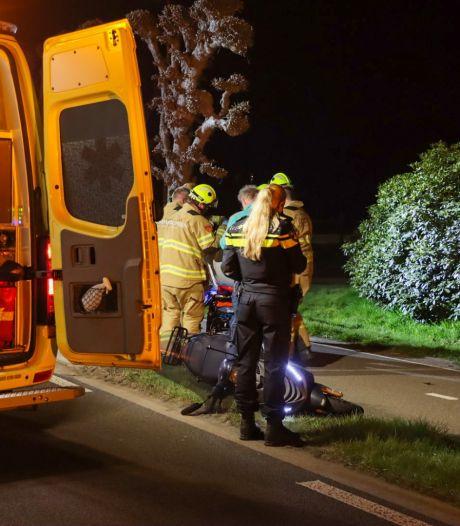 Scooterrijder (26) uit Harskamp belandt door val in sloot en raakt 'ernstig gewond' in Wekerom