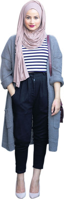 Ruba Zai combineert zwarte mom jeans met een weelderige hoofddoek.