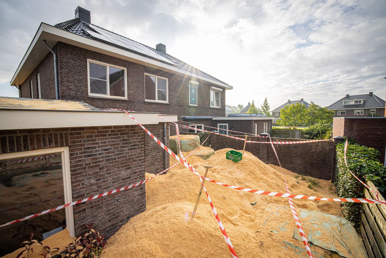 Een bizar beeld woensdag bij een woning aan de Essenakker, 40 kubieke meter zaagsel in de tuin.