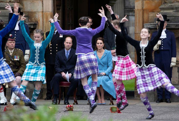 Kroonprins William en zijn vrouw Kate kijken naar traditionele dansers tijdens een recent bezoek aan  Schotland.   Beeld REUTERS