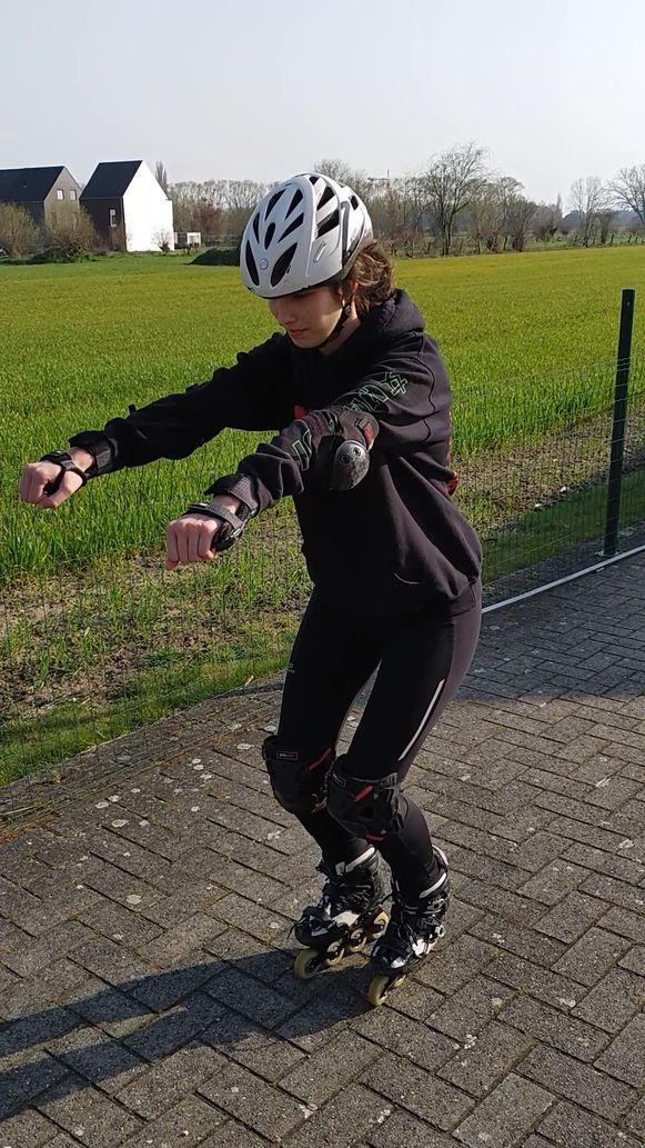 Leen Vanderhoydonck van Skate Vlaanderen demonstreert de juiste inlineskatehouding: goed naar voren leunen is de boodschap.