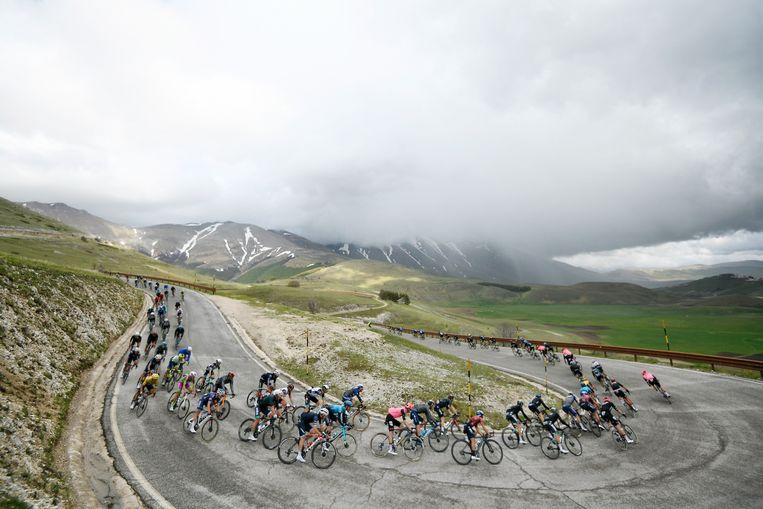 Het peloton tijdens de zesde etappe in de Giro. Beeld AP