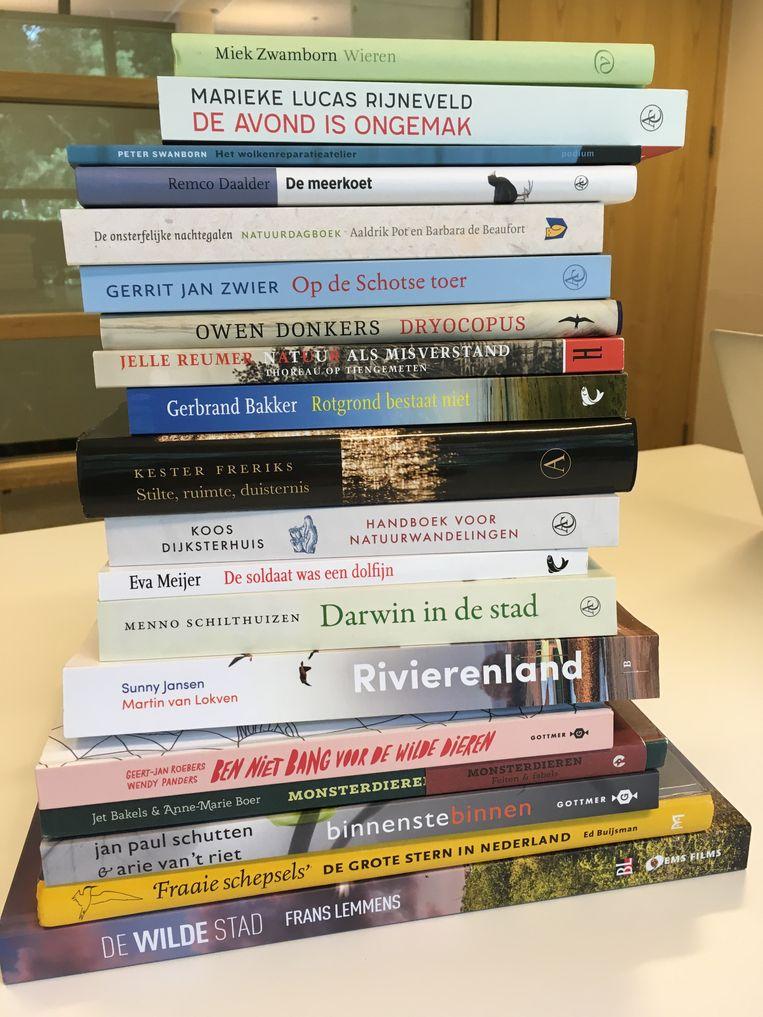 De negentien boeken die op de longlist staan voor de Jan Wolkers Prijs 2018. Beeld ..