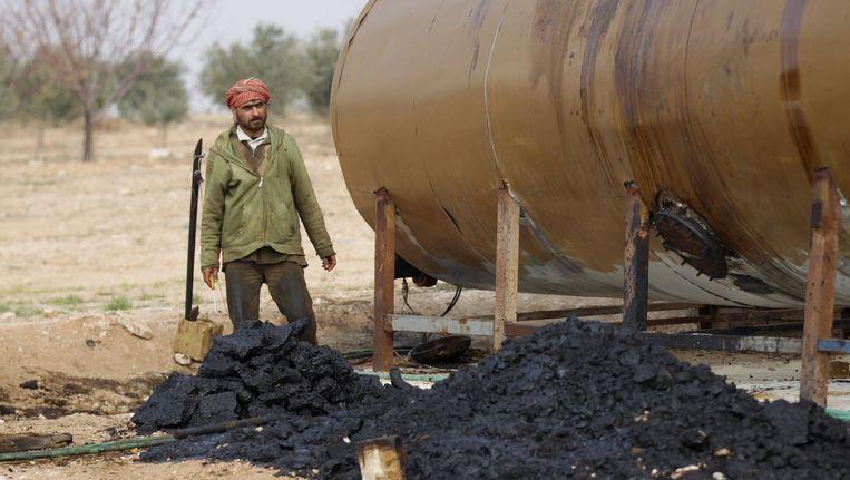 Een voormalige Syrische boer verdient zijn geld met olieraffinage op het platteland bij Raqqa. Nu veel grote raffinaderijen zijn vernietigd, is er een wirwar ontstaan aan (mobiele) oliefabriekjes. Beeld REUTERS