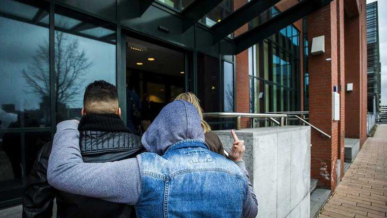 Vrienden van de verdachten kwamen gisteren aan bij de rechtbank in Rotterdam. Beeld anp