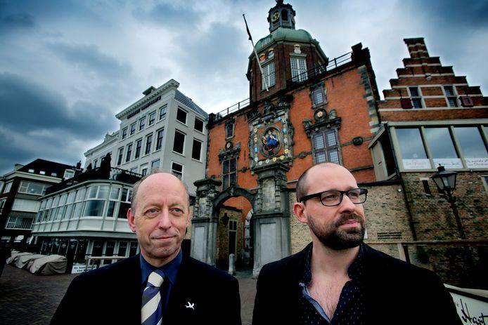 Teun de Bruijn (links) en Theo Pronk bij de Groothoofdspoort.