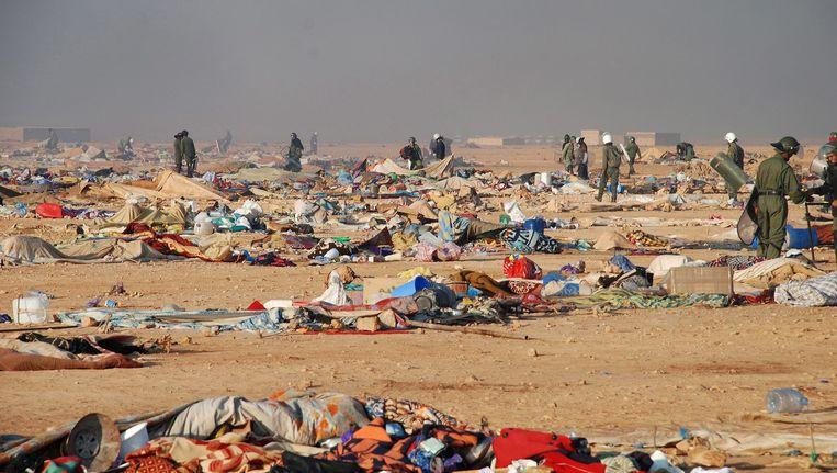Het Marokkaanse leger ontmantelt eind 2010 een tentenkamp in Laayoun, de hoofdstad van de West-Sahara. Beeld EPA