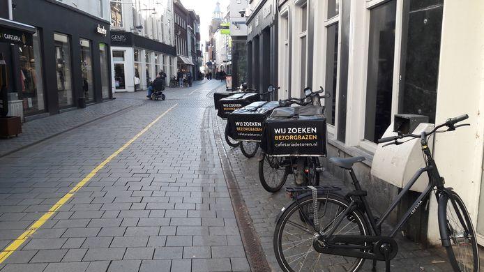 Veel ondernemers in de binnenstad van Breda  bezorgen maaltijden met de elektrische fiets zoals hierboven bij cafetaria de Toren.
