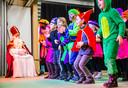 Sint brengt een bezoek aan basisschool De Pijler in Maasdam, waar hij op het podium werd onthaald met optredens van de groepen 1 tot 5.