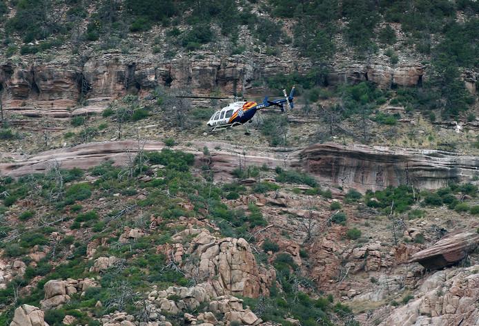 Een helikopter is op zoek naar overlevenden.