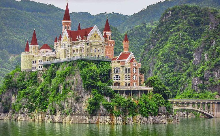 Nr. 5: Hotel in Xingyi. Reden: blindelings aanbidden van andere landen, verwrongen culturele waarden die ernstig in strijd zijn met het oorspronkelijke ecologische landschap van de regio. Beeld