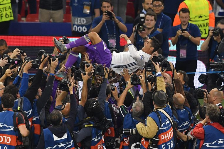Real Madrid's Portuguese striker Cristiano Ronaldo celebrates after winning the UEFA Champions League final football match between Juventus and Real Madrid at The Principality Stadium in Cardiff, south Wales, on June 3, 2017. / AFP PHOTO / Ben STANSALL Beeld null