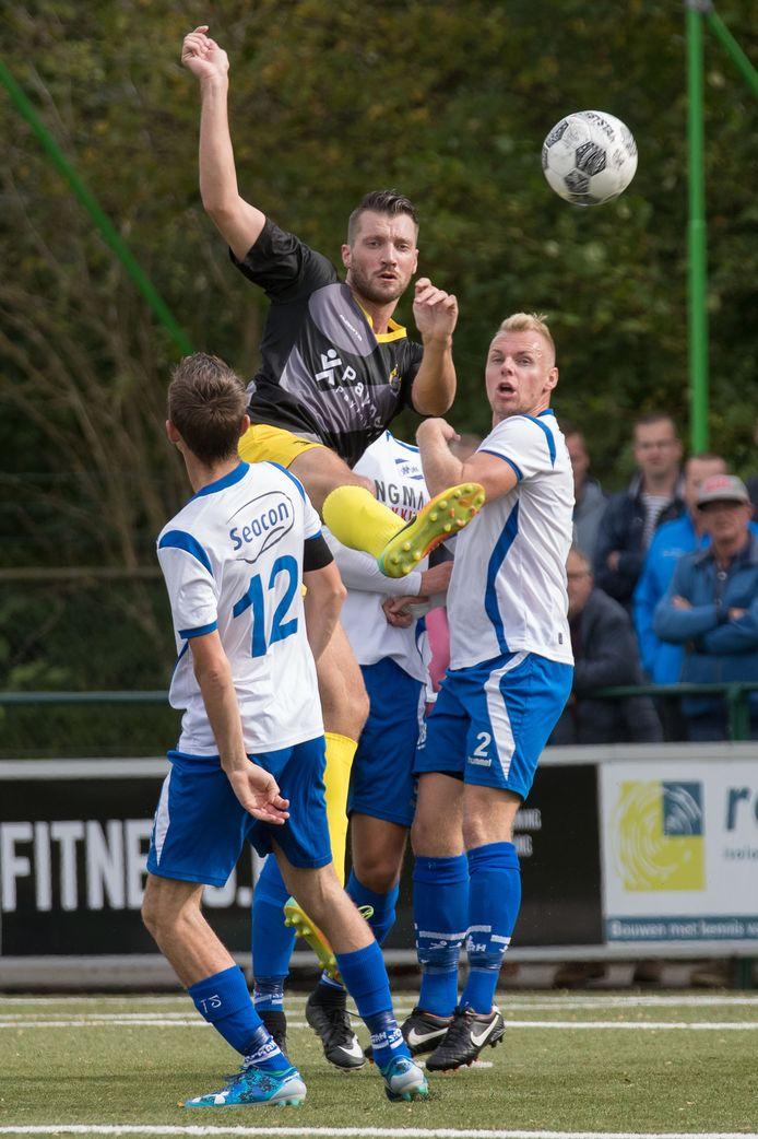 Maarten Dijkhuizen - rechts, in duel met Heine Uuldriks namens Staphorst - neemt afscheid van Urk 1.