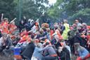Feest op de rotonde in Bunschoten.