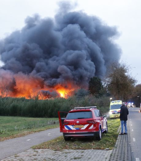 Oude kippenschuren in brand in Well, rook in wijde omtrek te zien