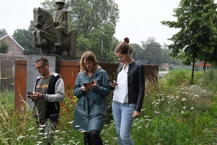 Marc van Doornewaard (Paleis voor Volksvlijt) test samen met Bregtje Radstake en Renée Tromp (beiden van Theater aan de Parade) de route van de audiotour. Ze beginnen bij het beeld met keizer Maximiliaan van Oostenrijk in Den Bosch.