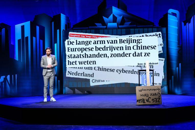 Tim Hofman doceert vanaf een TEDx-achtig podium, ondersteund door indrukwekkende visuele effecten. Beeld BNNVARA
