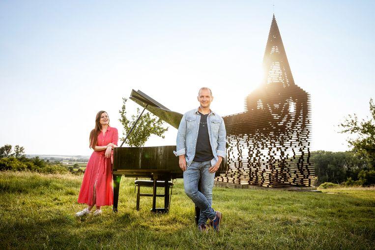 Talkshow waarin Karl Vannieuwkerke iedere avond twee gasten uitnodigt op een bijzondere plek in Vlaanderen. Samen genieten ze van de zomer en het leven dat zich terug op gang trekt