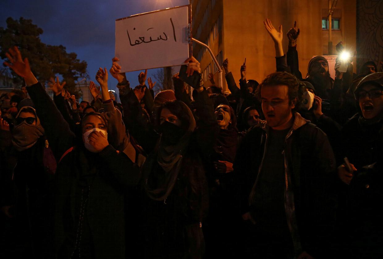 Demonstranten in Teheran, vanavond. Beeld VIA REUTERS