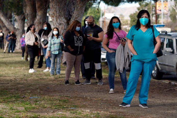 Zorgverleners staan in de rij om een coronavaccin te ontvangen in Californië.
