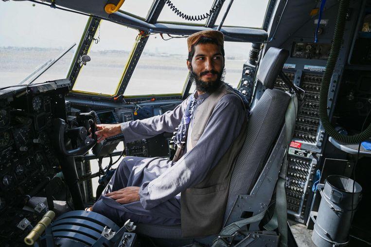 De Amerikanen hebben veel wapentuig achtergelaten in Afghanistan, hoewel ze zeggen dat het onklaar is gemaakt.  Beeld AFP