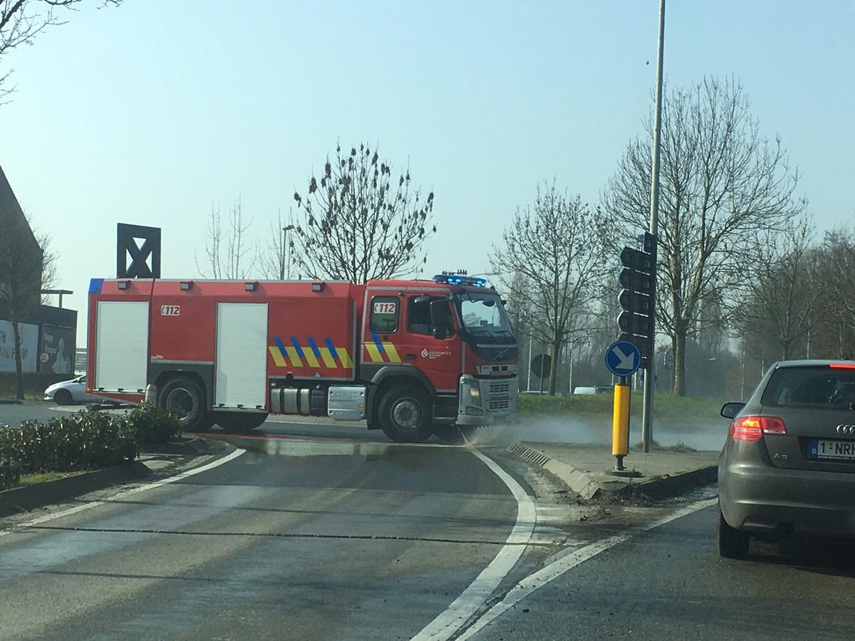 De brandweer spoot de rijweg aan de Rijselpoort in Ieper weer proper.