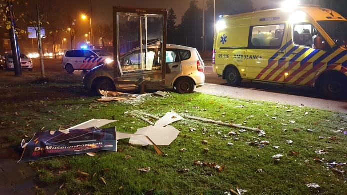 Een auto is over de kop gevlogen op de Singel in Enschede