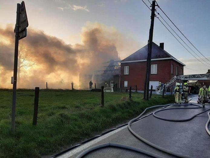 De brandweer kreeg de uitslaande dakbrand snel onder controle.