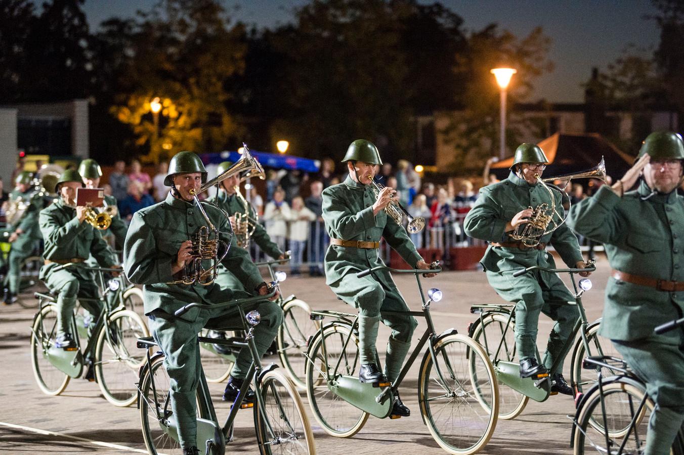 De regimentsfanfare Bereden Wapens van de Koninklijke Landmacht gaf een militair tintje aan de taptoe