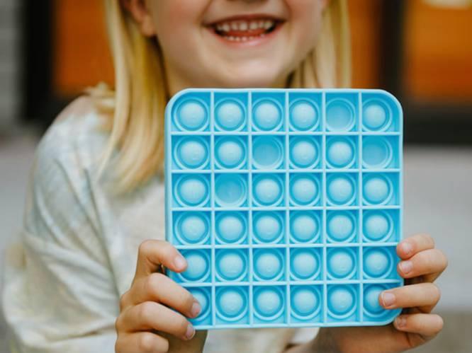 """Na de fidget spinner is de 'Pop It' de nieuwste hype op de speelplaats: """"Het kalmeert de hersenen van je kind"""", zegt pedagoog"""