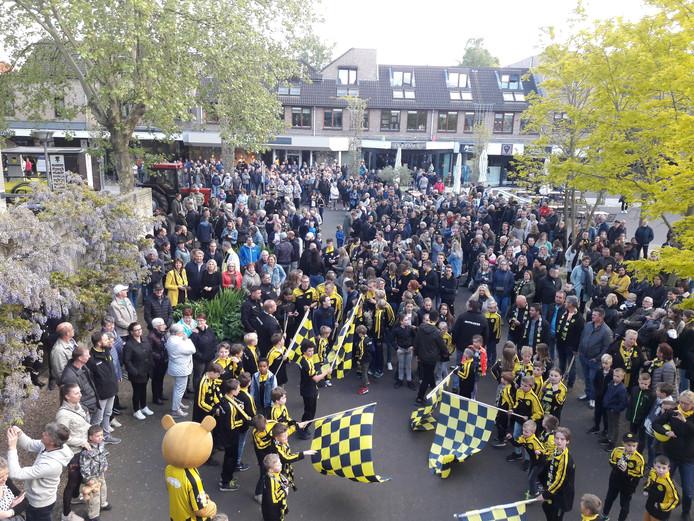 Fans van de Groesbeekse Boys op het Dorpsplein.