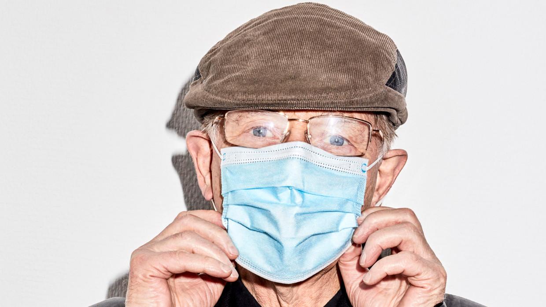 Viroloog Ab Osterhaus vindt het verstandig dat België de mondkapjes in tegenstelling tot Nederland nog verplicht in winkels. Beeld Valentina Vos