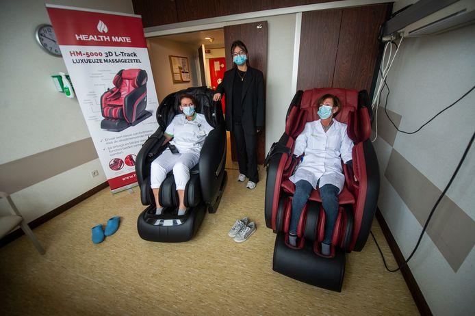 Verpleegster Vivi (links in de zetel) kwam op het idee om massagezetels te installeren voor haar collega's. Janne van Health Mate (midden) wilde maar al te graag twee zetels leveren.
