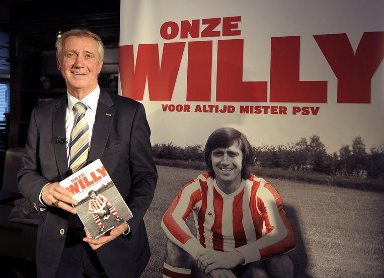 Willy van der Kuijlen toont zijn biografie die in 2011 verscheen. Van der Kuijlen is met in totaal 311 doelpunten de topscorer aller tijden in de eredivisie, hij speelde van 1964 tot 1981 voor PSV.  Beeld ANP