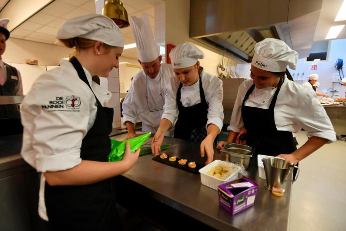 De leerlingen maken een aangepast menu voor Wereldvoedseldag.