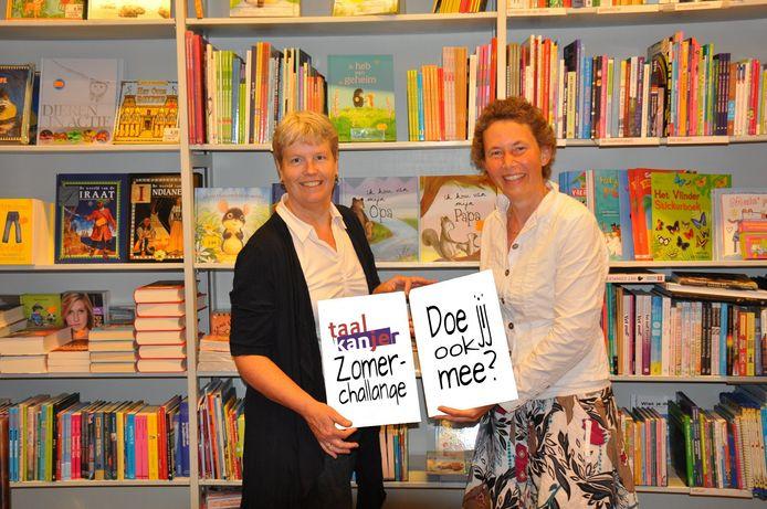 Jorien Koedam (links) en Margit Kiewit in een boekenwinkel met hun zomerchallenge.
