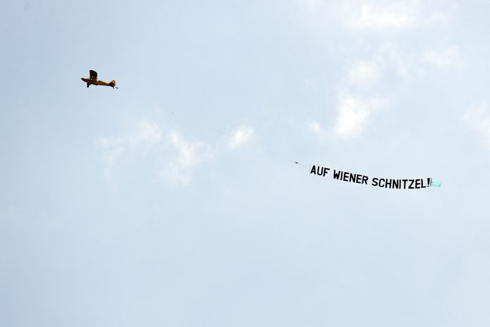 Een vliegtuig met de teks Auf wiener Schnitzel tijdens een training van het Nederlands elftal.