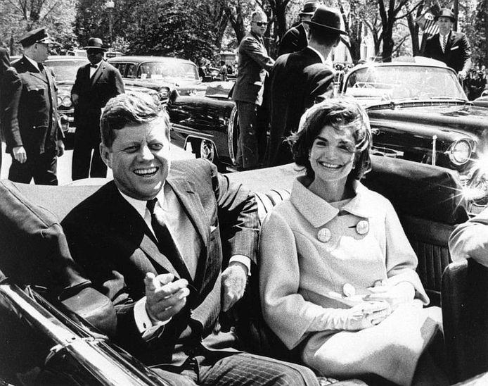 President John F. Kennedy (L) en first lady Jacqueline Kennedy.