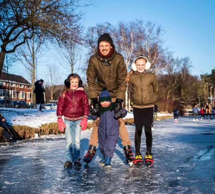 Dordtenaar Harmen Havers met zijn drie kinderen op het ijs.