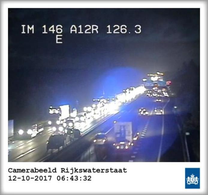 De twee auto's links veroorzaken problemen op de A12 bij Arnhem.