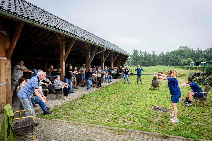 Cliënten van de dagbesteding op zorg-erf D'n Aoverstep doen volop mee met de muzikale gym-sessie van SFB-instructeurs.