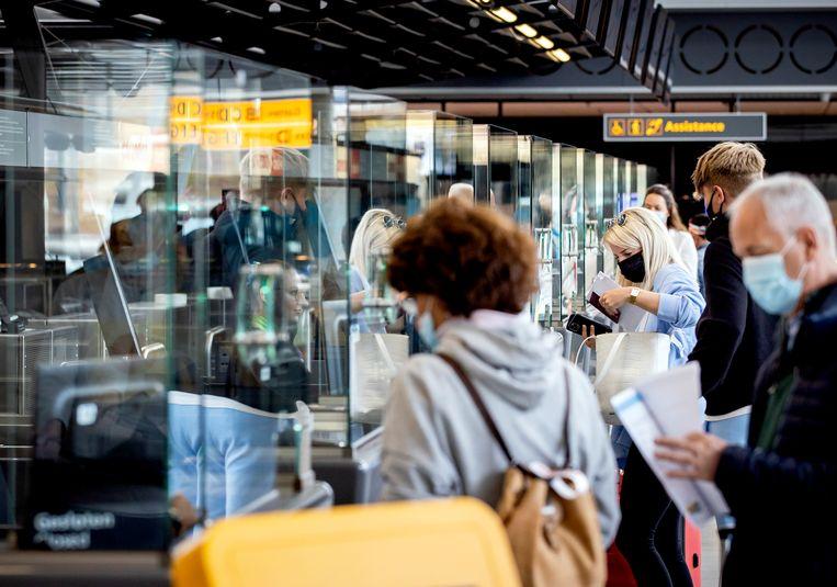 Reizigers op Schiphol Beeld Hollandse Hoogte /  ANP